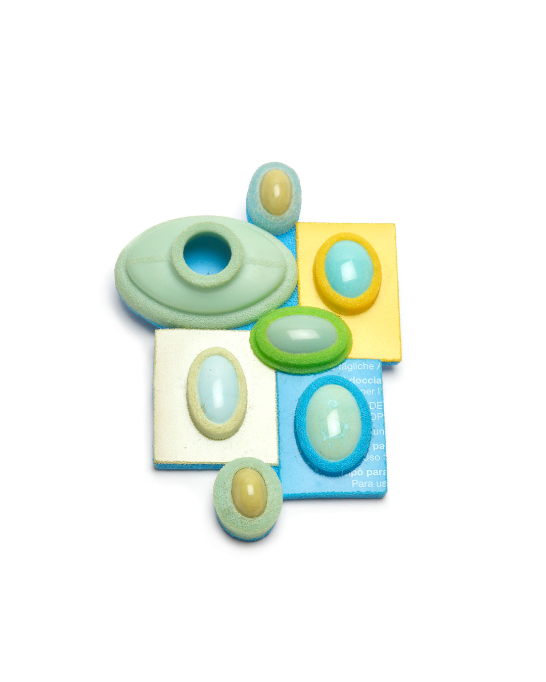 Ute Eitzenhöfer, Precious Mix 1, 2004, brooch; plastic (from packaging), turquoise, serpentine, silver, 80 x 60 x 18 mm