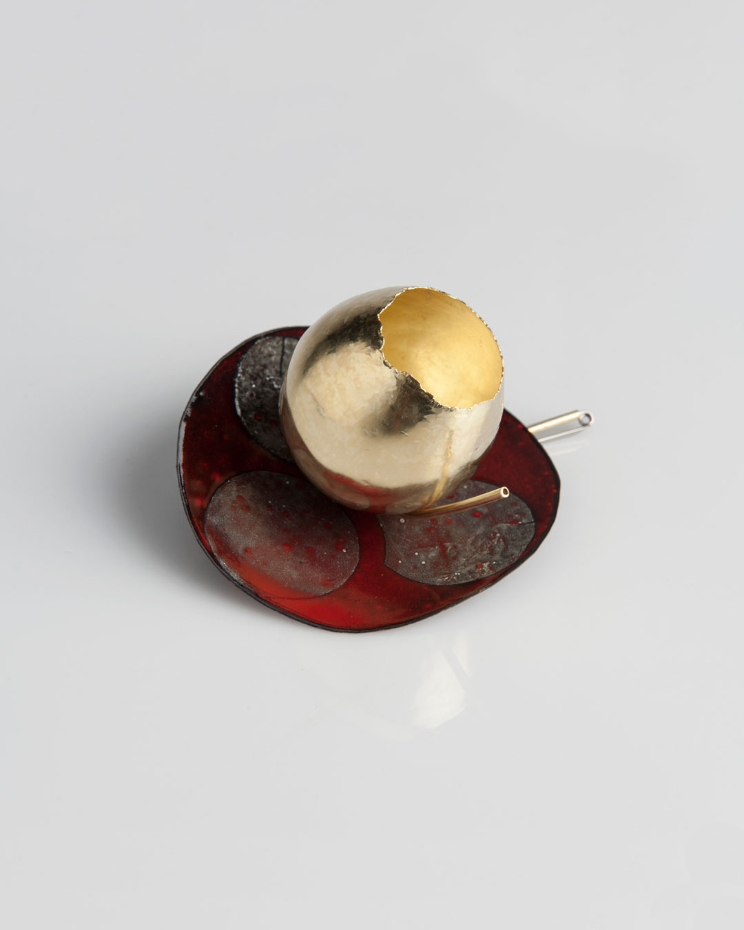 Andrea Wippermann, Blüte auf Rot (Bloom in Red), 2015, brooch; enamelled copper, gold, stainless steel, 80 x 80 x 50 mm, €5800