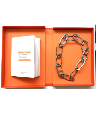 Jonathan Boyd, Craft is Process…, chain, silver; box: copper, cold enamel, 300 x 200 x 50 mm, €6400 (image 1/2)